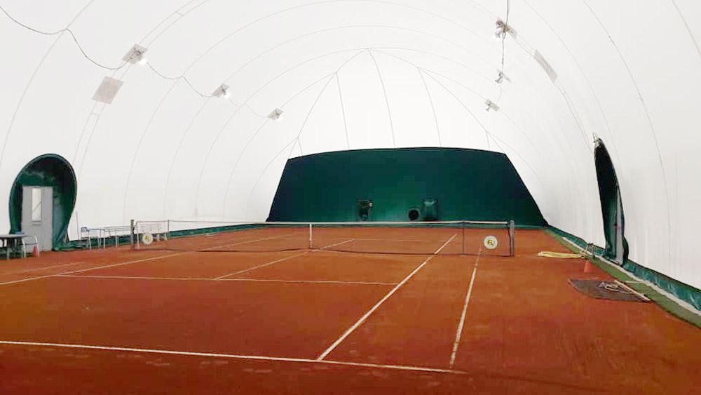 campo tennis in terra rossa coperto